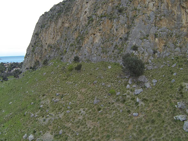 parete rocciosa esplorata con drone radiocomandato